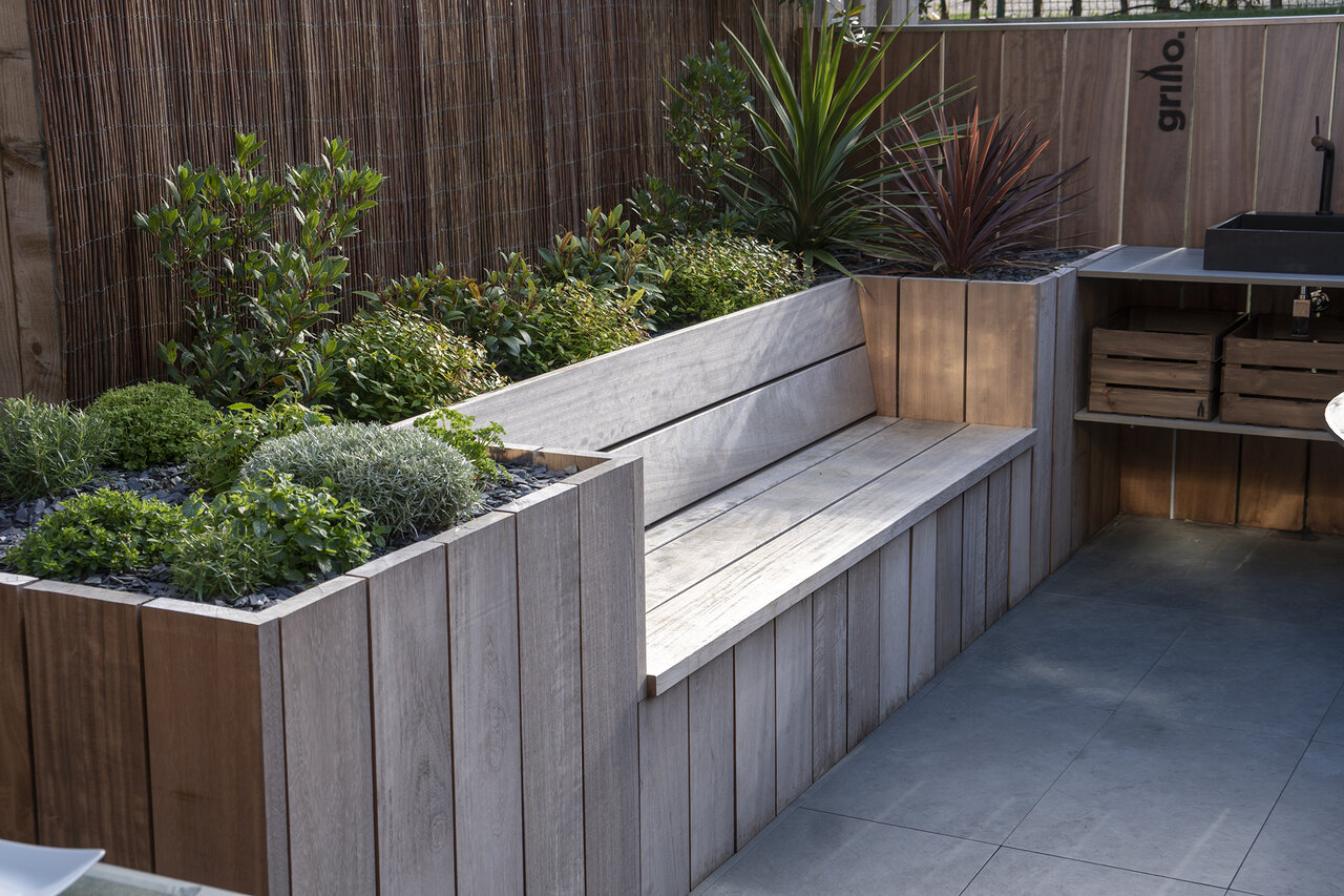 Grillo Outdoor kitchen built-in bench with plants and shrubs